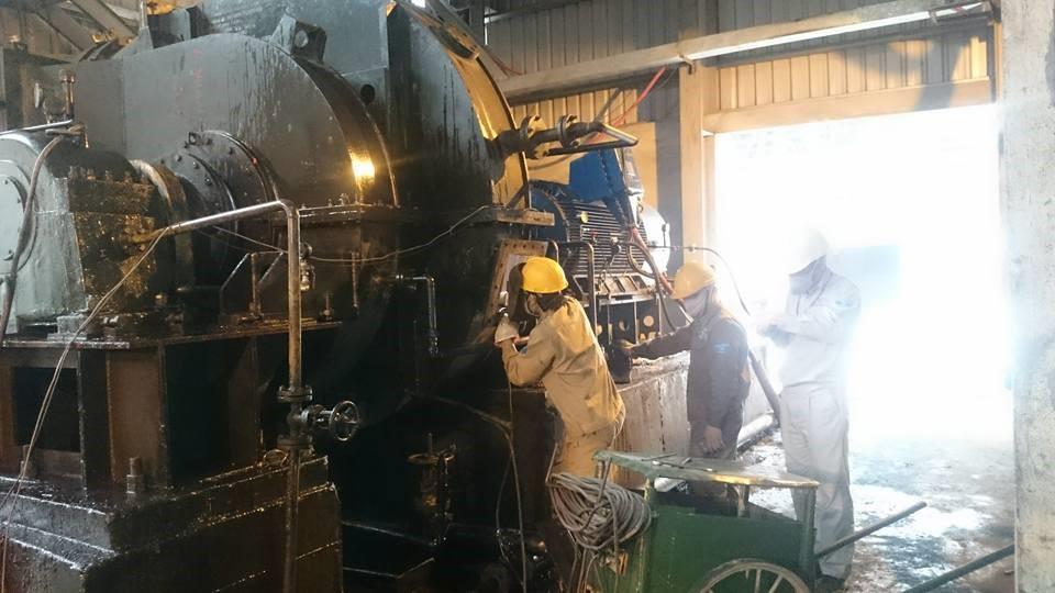 Hình ảnh cán bộ nhà máy thép Hòa Phát tiến hành cân bằng quạt